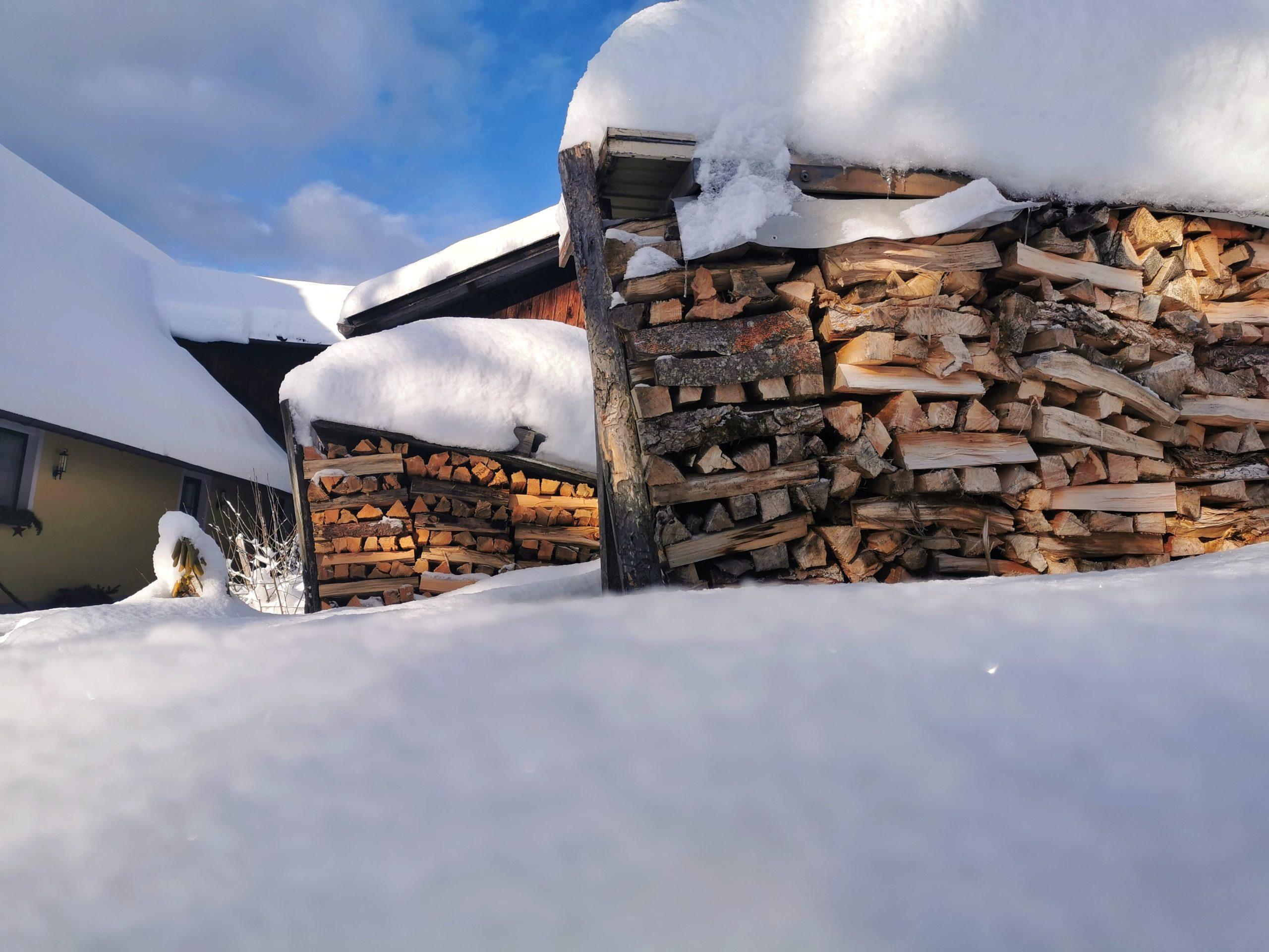 Brennholz mit Schneedecke